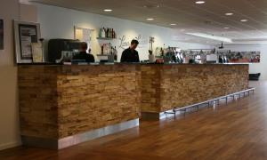 Lounge atmosfär med grekisk fasadtegel