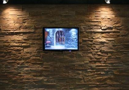 Stemningsgivende TV væg med stenvæg Highland rusty.