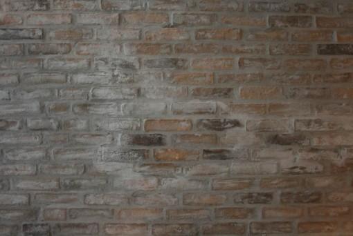 Khaki opsat på krydsfiner og fuget/skuret med Lip Manhattan. Væggen, som er et loft, kan ses hos Abelona.