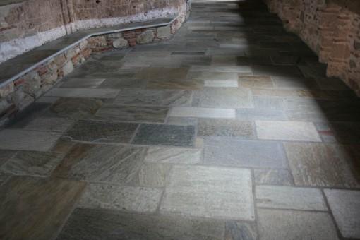 Skifer i byzantinsk forbandt lagt i beton.