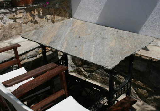 Her er stellet et gammelt Singer symaskine bord.