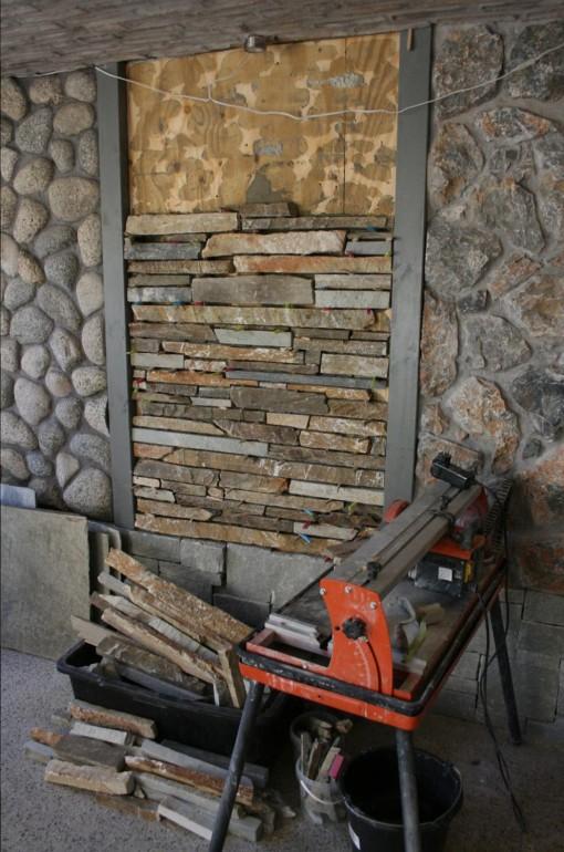 Opbygning af stenvæg i Abelona butikken.