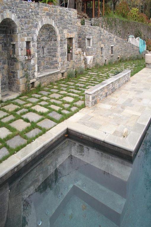 Trædefliserne er Havets farver rustiksat i grus, poolkant er Havets farver aflange skåret sat i beton og murene er Siki klodser. Alle sten og fliser på billedet er fra vores stenbrud.