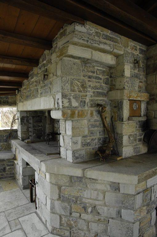 Kæmpe pejs opbygget af massive sten fra vores stenbud. Denne pejs er traditionelt opført, med henblik på at kunne helstege lam.